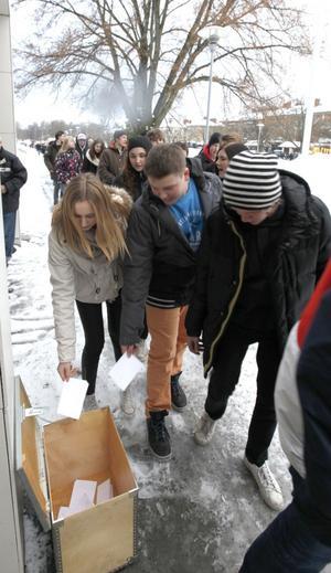 I den här lådan lades lapparna där eleverna skrivit om sina upplevelser av Förintelsedagen.