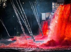 Teaterblodet forsar fram över spelplatsen och har även rödfärgat ett vattendrag.