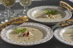 Bjud vännerna på en len och sagolik soppa med jordärtskockor. En trattkantarelltoast till det sitter finemangl.