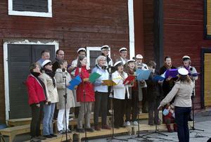 Glada som fåglar i morgonstunden, med studentmössor på och med förstklassig körledning, sjöng Hudiksvalls kammarkör vårens och grönskans lov.