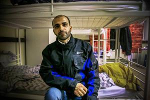 Moaweyh Ramly är trött. Men han ser fram emot att få stanna i Sverige och snart få hit sin hustru och sina två små barn.   – Jag gråter varje gång när jag talar med dem, och jag saknar dem så mycket, säger han.