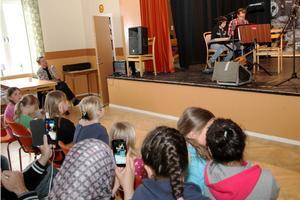 Många ville föreviga konserten i Hasselagården.