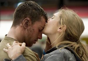 Aaron Tyler-Johnson och Elizabeth Banks spelar ett ungt par som det läggs alldeles för mycket manuskrut på i