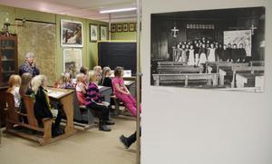 En bild på en gammal skolklass från förr visas på väggen in till museets gamla skolsal. På måndagen var det dagens elever som provsatt bänkarna.