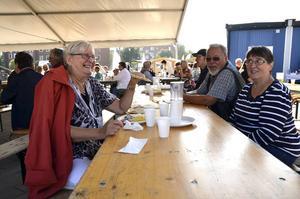 Glada surströmmingsätare, från vänster: Gertrud Lundin, P-O Garnes och Ingrid Norberg.