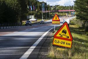 Efter mc-olyckan på E4 har vägskyltar satts upp som varnar för halt väglag.