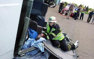 En av räddningstjänstens personal fanns hela tiden vid den skadade personens sida för att ha koll på hur denne mådde.FOTO: MIKAEL ERIKSSON