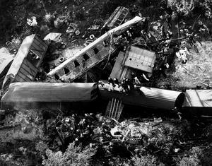 Åtta vagnar och två lok demolerades helt på mitten.