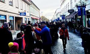 Kön ringlade lång på gågatan i Östersund. Alla vill få en autograf av Yohio som precis spelat på Stortorget.