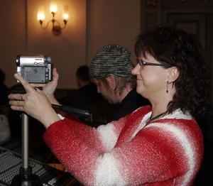 Stolta föräldrar filmade och fotade Lisa Hill, själv sångerska, zoomade in.