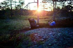 Vinnarbilden – midnattsvandring efter Höga Kustenleden i Skuleskogen. Juryns motivering: Elin har skapat en harmonisk komposition som trollbinder betraktaren. Hon har lyckats fånga lugnet och det magiska ljuset i Höga Kusten. Tillsammans med vandrarnas avslappnade stil sammanfattar hon Skule Nationalpark i en enda harmonisk bild.