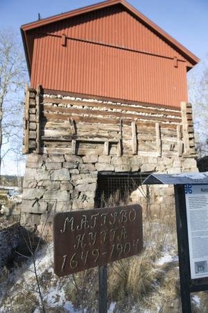 Länsstyrelsen planerar att senare i år inleda arbetena med att stabilisera den urgamla hyttbyggnaden i Matsbo. Förutom statliga medel så hoppas länsstyrelsen att markägaren Karl Hedin bidrar med en slant.