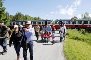 En rälsbuss hade chartrats dagen till ära för att transportera folk från Östersunds centralstation ända fram till reservatets entré i Kännåsen.