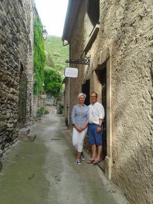 Trånga gränder och vinodlingar finns överallt i den lilla franska byn Vieussan. Lotta och Gunnar Thörn har nu lämnat Gävle och är på plats för att driva ett B & B där.