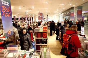 Fullt hus. På Akademibokhandeln i Gävle kryllade det av folk på onsdagen när årets stora bokrea drog i gång.