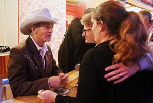 Nygifta Charlott och David Kunze från Östersund på minibröllopsresa i Hede får en autograf av Doug Seegers.