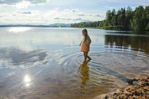 Nu vågar sig Lydia Persson in i vattnet, men rapporter har kommit in om algblomning i Florsjön.