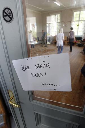 I huset höll Ellika Frisell och Ami Petersson Dregelid fiolkurs.