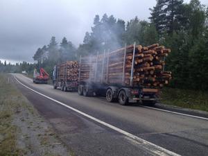 Timmerbilen med släp står i avfarten från E 14 i norrgående körfält i Torvalla.