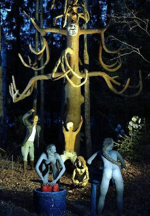 Veijo Rönkkönen, Piiskuupetäjä, en mycket egensinnig sammansättning av figurer i den finska urskogen. Foto: Veli Granö