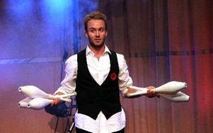 Johan Wellton skrek mycket och jonglerade lite inför sjundeklassarna i Falun. FOTO: JONAS STENTÄPP