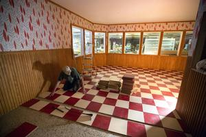 Vägg i vägg med butiken kommer det att finnas ett fik där det även skall serveras snabbmat.