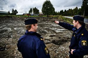 Poliserna Marcus Ceder och Petter Elfving vid platsen där det misstänkta föremålet har hittats. Platsen kommer att spärras av.