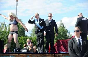 Bernadotte har blivit en familj som vi andra. Kungafamiljens besvärligheter efter boken Den ofrivillige monarken var förstås ett tema under årets karnevalståg i Alfta. Här går kungen på klubb med tvivelaktigt rykte och med Säpo-vakterna runt sig.