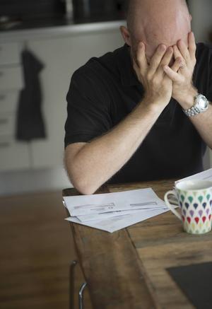 """""""Det är dags att ta den ökande sjukfrånvaron och stressen i arbetslivet på allvar samtidigt som trygghetssystemen behöver förbättras"""", skriver debattören."""