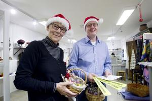 Konsumentvägledarna Catharina Almlöf och Peter Arnell finns till hands för konsumenterna i julhandeln. I går var de på julmarknad på Laxön i Älvkarleby.