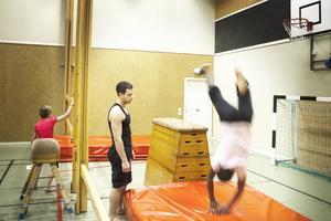 Ibrahim Tunc ser till att deltagarna gör när de utför sina övningar.