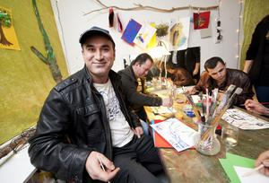 När förskolan Kometen förändrade sättet att ha föräldramöte ökade närvaron. Nu är förädlarna mer delaktiga. Asgar Kheder målade en vy från Kurdistan när personalen uppmanade föräldrarna att rita.