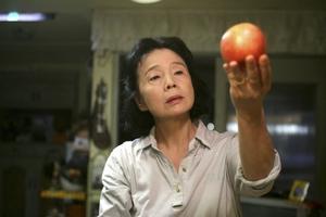 Vacker feel-badfilm. Poesi handlar inte bara om att skriva texter, utan också om att se skönheten omkring sig. Det lär sig filmens huvudperson Mija (Jeong-hie Yun). Men realist som hon är, tycker hon att äpplen är bättre att äta än att titta på.