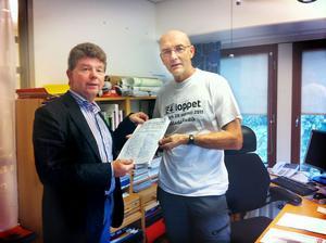 Sven Bergström, Forsa, lämnade på måndagen in en namnlista till Kent Nilsson vid Trafikverket.