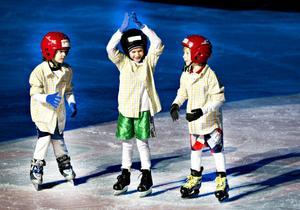 Även hockeygrabbar gjorde en insats under show på is.