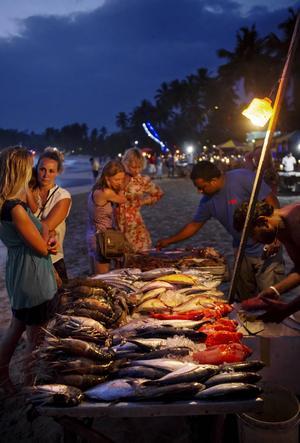 Vandra runt bland restaurangerna i Mirissa och välj ut en färskfångad fisk som du sedan avnjuter med fötterna i sanden.