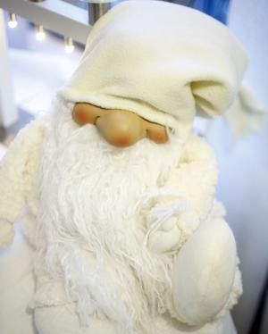 JULEMYS. Tomtarna står och myser på Wirenska gården dit Hoforsborna och alla andra gästande bjuds på stor julbuffé.