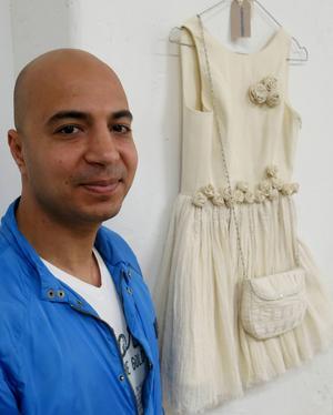 Ungefär 150 arbetstimmar har Mohammed Aljaser ägnat åt den här klänningen.
