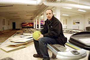 Mindre kaliber. I höst blir det kulor av betydligt mindre kaliber som Johan Person och hans skyttekamrater kommer att avlossa i före detta bowlinghallen i Sandströms.