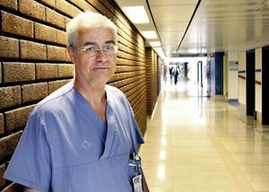 – Med ständiga överbeläggningar och enorm sjuksköterskebrist. Hur ska man då kunna avveckla verksamhet här i Sundsvall? frågar Jonas Wallvik, ordförande i Medelpads läkarförening.