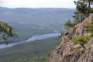 Hykjeberg, 598 meter över havet, erbjuder en storslagen utsikt och är numera ett naturreservat på gränsen mellan Mora och Älvdalen. Utsiktsplatsen har blivit känd för stenbänken, där prins Carl Philips namn med ett felaktigt bindestreck finns inskrivet.