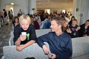 Plastmugg. Varför får vi plastmuggar. De förstör ju miljön, undrar Linus Andersson i klass 7B. Föreläsare Jens Ljunggren tar reda på svaret.