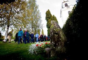 Närmare 60 personer deltog i kyrkogårdsvandringen.