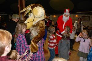 Både Tomten och Säterdalsvargen var hett efterlängtade av alla barnen och välkomnades med kramar.
