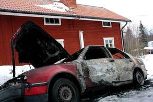 Utbrunnen bil. Den stulna bilen dikeskördes och då satte tjuvarna eld på bilen. Som tur var blåste det inte för då hade ett fritidshus strax intill kunnat antändas.
