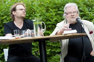 """""""Finansmän & humorister"""" var rubriken när Jens Ganman och Kjell Albin Abrahamson möttes  i Yranveckans första samtal  i residensets trädgård.Foto: Håkan Luthman"""