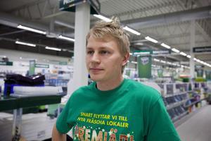 Oscar Martinsson gillar det nya läget för ÖoB-butiken.