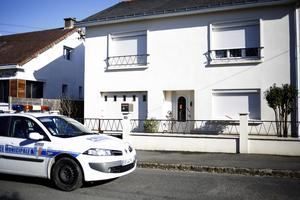 En polisbil utanför den avspärrade bostaden där familjen i Orvault  i västra Frankrike, bodde innan försvinnandet.