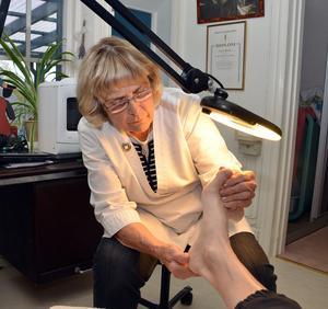 Trots sina 81 år, fortsätter Astrid ta emot kunder i sitt hem/klinik i Hedemora.