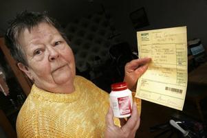 Med receptet, som i sig kostade 80 kronor i läkararvode, kostade Jane Carlssons fluortabletter mer än vad de hade gjort utan recept.–Varför upplyser man inte om det på Apoteket, frågar hon sig.
